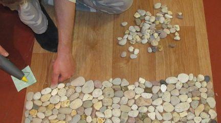 создание массажного коврика из голышей