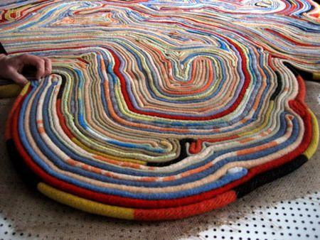 коврик для массажа краем скрученной ткани или шнура