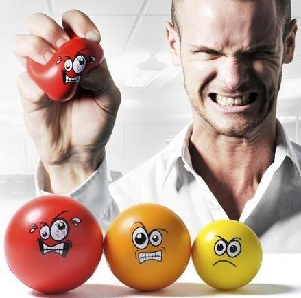 сильное напряжение, мужчина сжимает кулак с мячиком и зубы напрягает