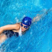 Польза и вред плавания в бассейне для здоровья, похудения