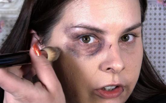 Как скрыть синяк от удара под глазом с помощью макияжа