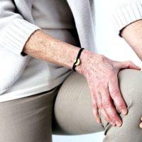 Болит колено при сгибании и разгибании — причины, диагностика, что делать