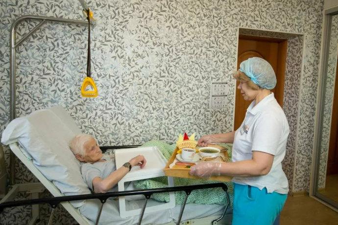 уход и кормление тяжелобольных лежачих пациентов